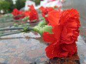 Возложение цветов к мемориалу воинам на площади Победы