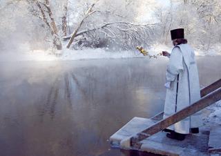 Омовение в крещенской купели