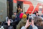 Владивостокские фанаты встретили Ольгу Бузову и ее медведей на вокзале
