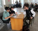 В Уссурийске стражи правопорядка помогали должникам