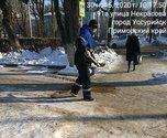 Более 50 человек задействовано на уборке тротуаров в Уссурийске