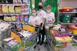 Юные добровольцы собрали корм для бездомных животных