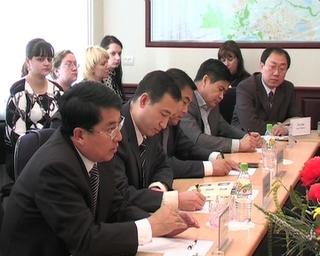 10 китайских мэров обсудили с местной администрацией обсудили совместную работу в период кризиса