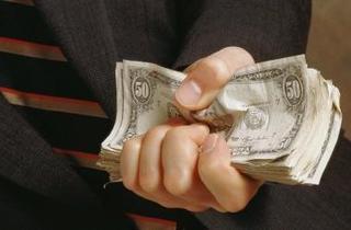 Пристав-взяточник угрожал бизнесмену бездействием в Уссурийске