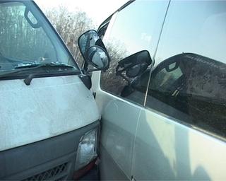 Микроавтобус пострадал в ДТП: водитель остановился, чтобы стать понятым в другой аварии