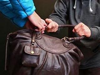 Два бомжа-алкоголика отобрали сумку у старушки в Уссурийске