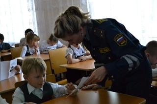 Сотрудники полиции в Уссурийске провели для первоклассников урок безопасности