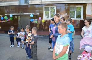 45-летие со дня заселения в квартиры отметили жители дома номер 110 по улице Некрасова