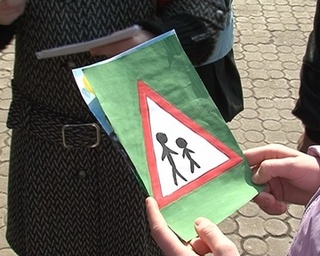 Уссурийские школьники раздают водителям свои рисунки