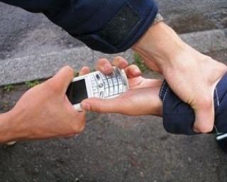 Грабитель вырвал телефон из рук прохожего в Уссурийске