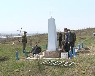 Казаки установили поминальный крест на сопке поселка Черняховский