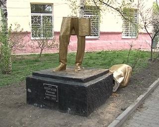 Недавно отреставрированный памятник Некрасову сломали неизвестные