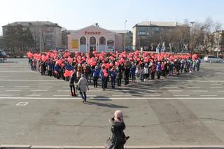 Сотни жителей Уссурийска выстроились в форме сердца на центральной площади