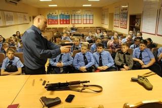 Полицейские провели урок с демонстрацией боевого оружия для школьников Уссурийска