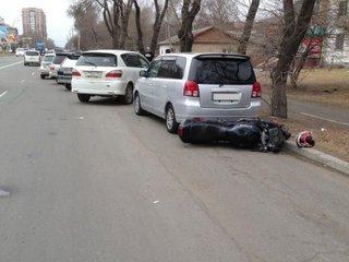 Водитель мотоцикла врезался в стоящую автомашину в Уссурийске