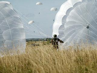 В Уссурийское соединение Воздушно-десантных войск поступила партия парашютов Д-10