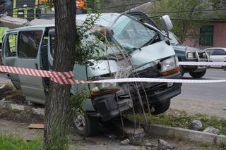 Водитель микроавтобуса уснул за рулем и снес фонарь в Уссурийске