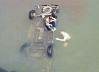 Под Уссурийском с моста в реку упал микроавтобус: есть жертвы