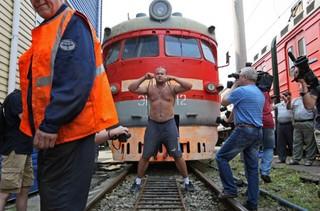 Спортсмен сдвинул с места электропоезд весом 120 тонн