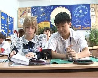 11-классницы города переоделись в мамину школьную форму