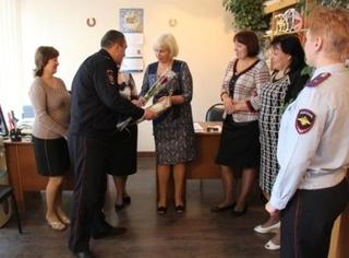 Руководители транспортной полиции Уссурийска преподнесли цветы мамам своих лучших сотрудников