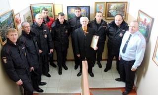 В Уссурийске транспортных полицейских в День Героев Отечества порадовал своими пейзажами известный художник
