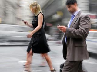 В Калифорнии установили дорожный знак для спасения Facebook-зависимых пешеходов