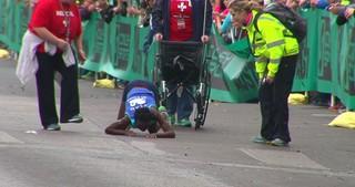 Кенийская бегунья из-за усталости финишировала на четвереньках