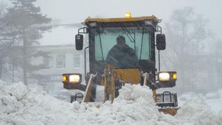 Снегоуборочная техника борется со снегом за дороги Уссурийска