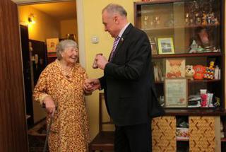 Николай Рудь доставил лично на дом ветерану медаль победы