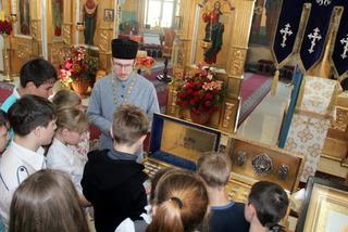 Детдомовским воспитанникам провели экскурсию в храме Покрова Пресвятой Богородицы (Фото)