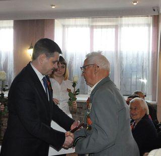 Вручение юбилейных медалей ветеранам продолжается в Уссурийске