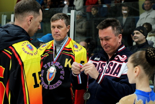 Губернатор вручил награды в Уссурийске лучшим хоккеистам среди сотрудников правоохранительных органов