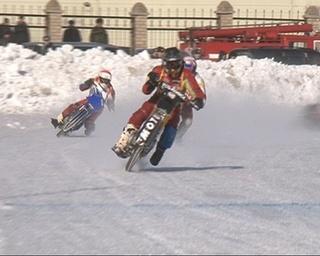 Мотогонки на льду были жаркими