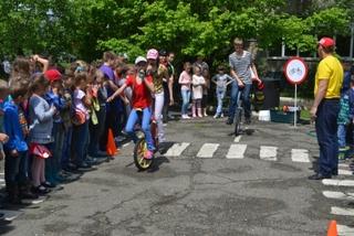 Уссурийские полицейские провели акцию «Азбука дорог» для детей из пришкольного лагеря
