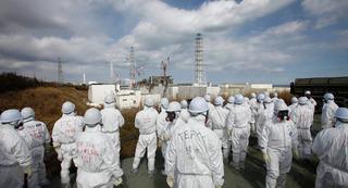 Защитная стена аварийной японской АЭС  Фукусима-1 наклонилась и треснула