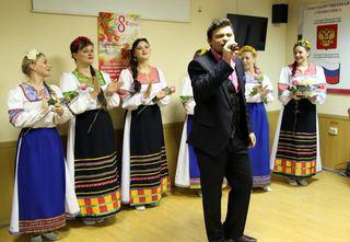 В Уссурийске сотрудниц транспортной полиции  поздравили коллеги и ансамбль «Молодая Русь»