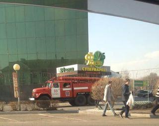 В центре Уссурийска горит супермаркет. Фото, видео