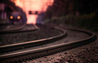 Женщина в Приморье решила сократить путь под поездом и осталась без ноги