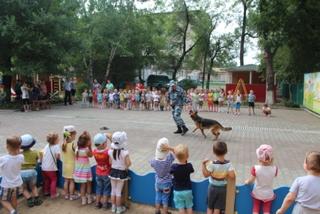 Полицейская собака Сара провела мастер-класс по прыжкам в детском саду Уссурийска
