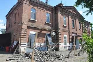 Работы по демонтажу кровли начались в доме по улице Достоевского в Уссурийске