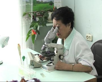 Laborant_s_mikroskopom
