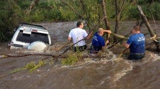 Под Уссурийском спасли мужчину с семилетним ребенком, автомобиль которых попал в наводнение