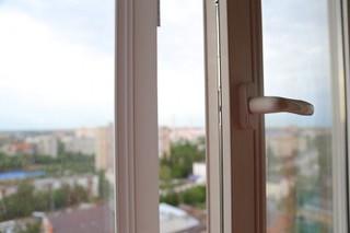 Пятнадцатилетняя девочка выпрыгнула из окна в Уссурийске