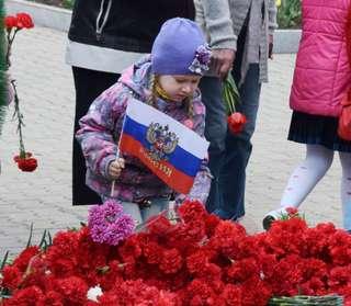 Торжественная церемония возложения венков и цветов состоялась на площади Победы в Уссурийске