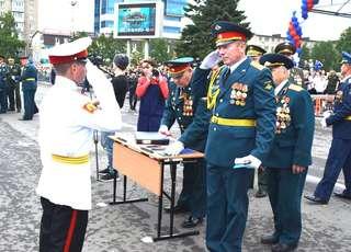 На центральной площади Уссурийска поздравили выпускников 70-го выпуска Суворовского училища