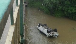 В Уссурийске автомобиль рухнул с моста
