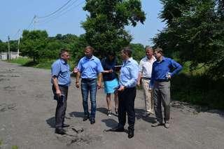 Выездное рабочее совещание по ремонту дорог и благоустройству провел Евгений Корж