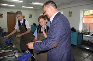 Уссурийский локомотиворемонтный завод подарил 10 верстаков ученикам гимназии №133