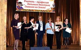 Лучшим сотрудникам Школы педагогики ДВФУ в Уссурийске вручили грамоты и награды в День учителя
